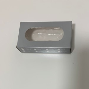 קופסת קרטון מהודרת כסופה עם חלון לזיכרון נייד